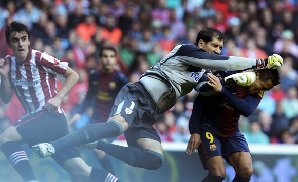 Athletic Bilbao's Gorka Iraizoz (left) clashes with Barcelona's Alexis Sanchez