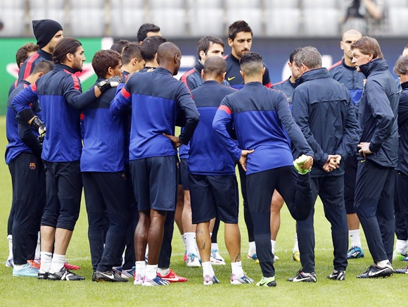 Barcelona's coach Tito Vilanova (right) conducts a training session