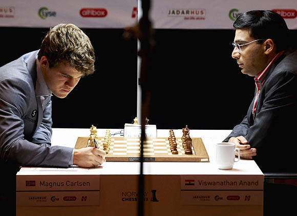 Viswanathan Anand (right) plays against Magnus Carlsen