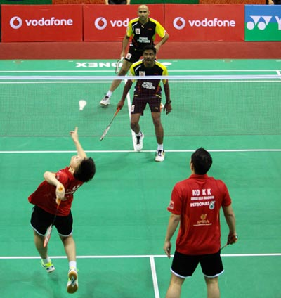 Tan Boon Heong and Koo Kien Keat (red) of Delhi Smashers in action against Rupesh Kumar and Sanave Thomas of Pune Pistons.