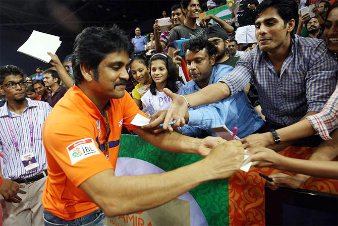 Actor Nagarjuna signs autographs