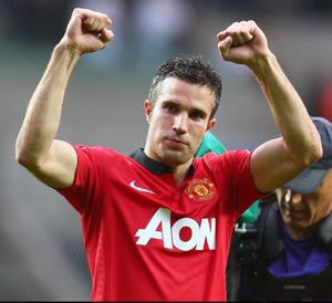 Van Persie, Welbeck doubles give Manchester United winning start