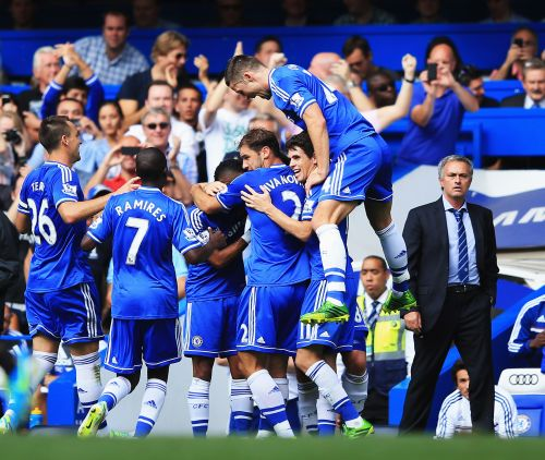 Frank Lampard of Chelsea celebrates with team mates and manager Jose Mourinho after scoring the second goal