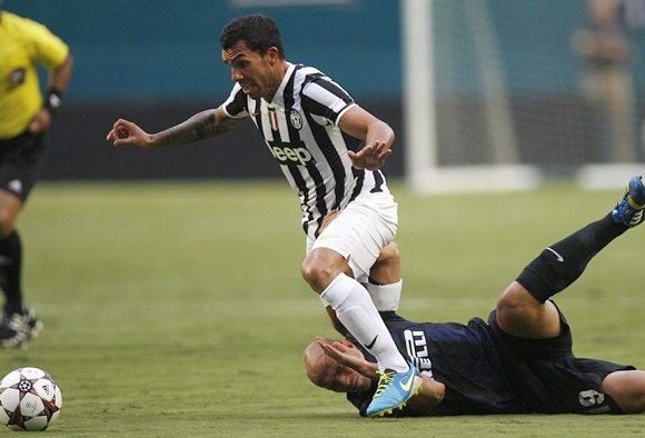 Juventus' Carlos Tevez (left) and Inter Milan's Esteban Cambiasso fight for the ball