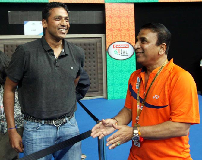 Mahesh Bhupathi (left) with Sunil Gavaskar