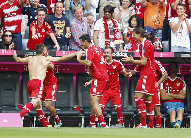 Bayern Munich's Franck Ribery (left) celebrates with teammates