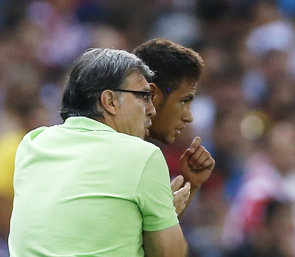 Barcelona's coach Gerardo 'Tata' Martino (right) talks to Neymar