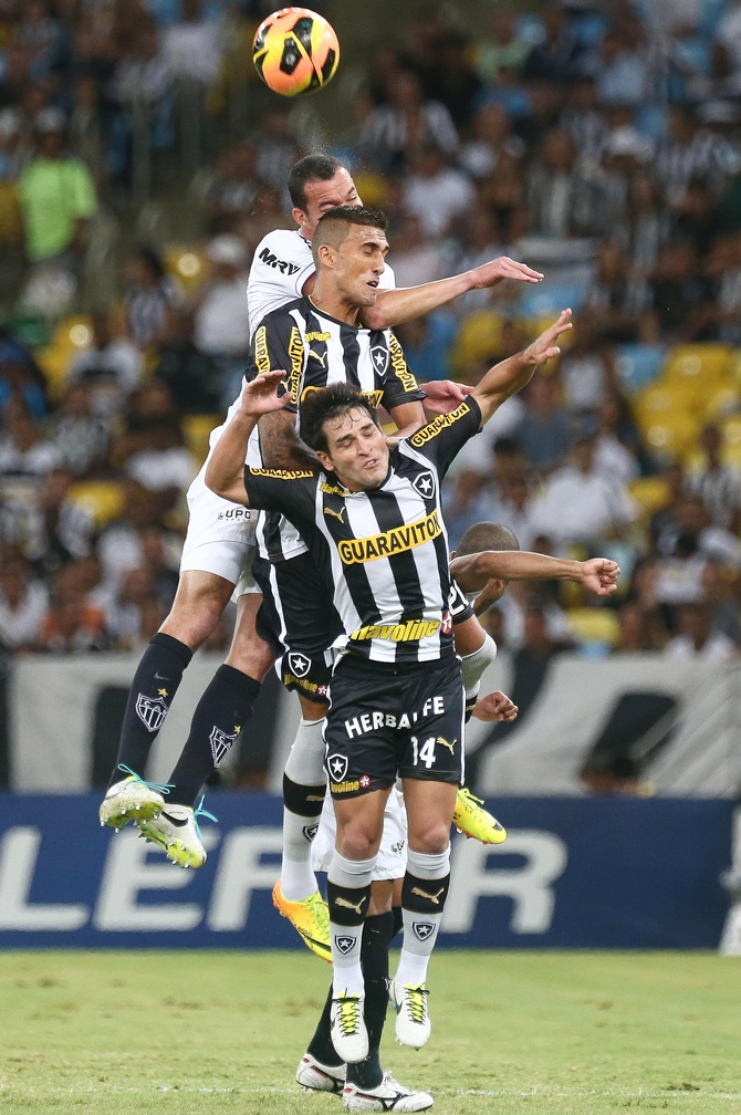 Lodeiro (14) and Rafael Marques of Botafogo battle for the ball
