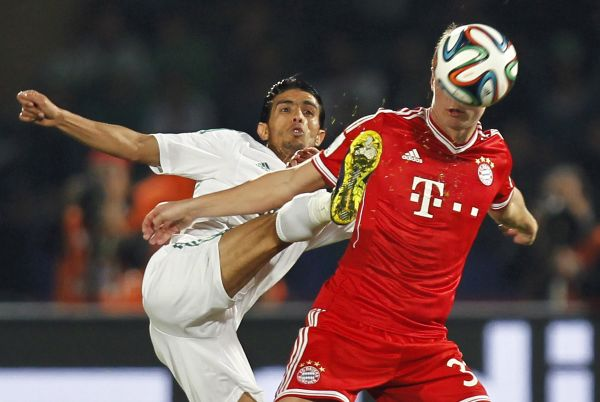 hemseddine Chtibi (L) of Morocco's Raja Casablanca fights for the ball with Toni Kroos of Germany's Bayern Munich