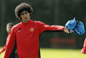 Manchester United's Fellaini sidelined for weeks after wrist surgery