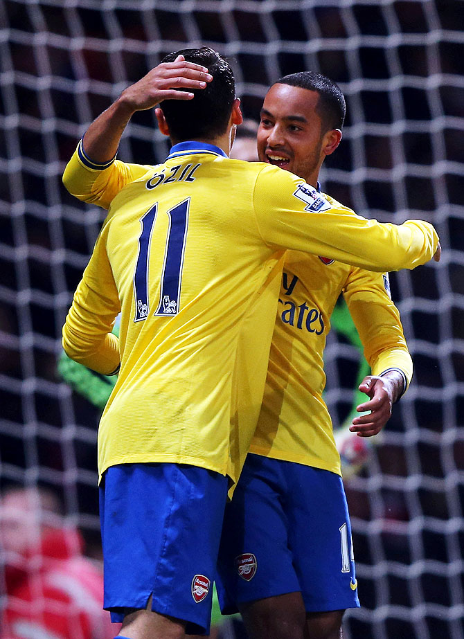 EPL PHOTOS: Walcott lifts Arsenal, City sink Liverpool