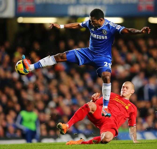 Samuel Eto'o of Chelsea controls the ball under pressure from Martin Skrtel of Liverpool
