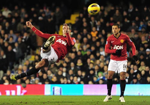Robin van Persie of Manchester United shoots towards goal during the Barclays Premier League match between Fulham and Manchester United