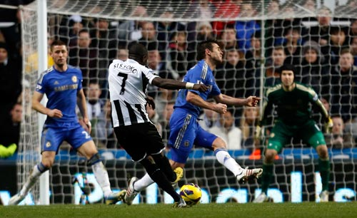 Moussa Sissoko (C) of Newcastle shoots to score their third goal during the Premier League match between Newcastle United and Chelsea