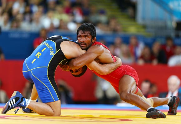Yogeshwar Dutt of India in action against Masoud Esmaeilpoorjouybari of Islamic Republic of Iran