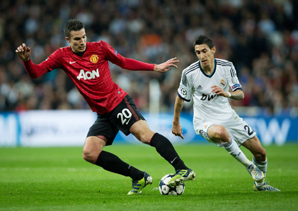 Robin van Persie (L) of Manchester United duels for the ball with Angel Di Maria of Real Madrid