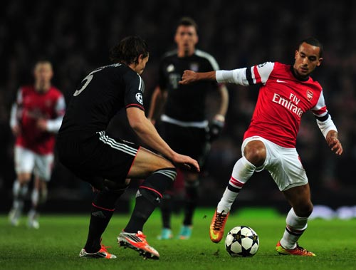 Theo Walcott of Arsenal in action against Daniel Van Buyten of Bayern Muenchen