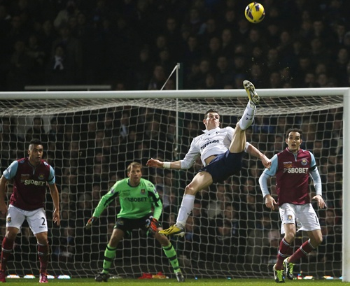 Tottenham Hotspur's Gareth Bale (second right) attempts a bicycle kick