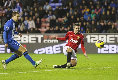 Manchester United's Robin Van Persie (right) shoots to score