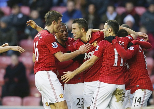 Manchester United's Robin Van Persie (centre) celebrates