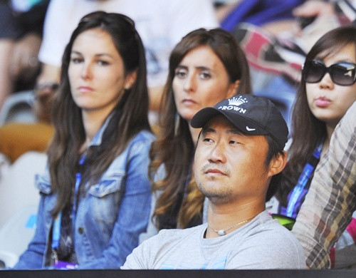 Jiang Shan, husband of Li Na of China, watches her women's singles match
