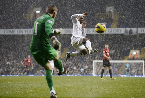 Tottenham Hotspur's Jermain Defoe challenges Manchester United's goalkeeper David de Gea