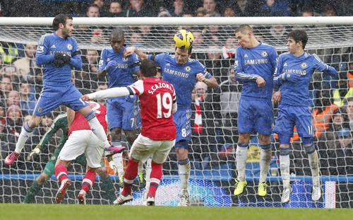 Chelsea's Frank Lampard (centre) heads the ball