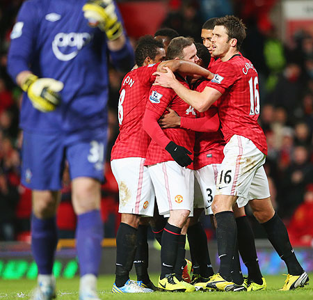 Manchester United'S Wayne Rooney celebrates with teammates after scoring against Southampton on Wednesday