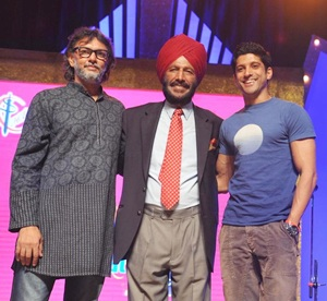 Milkha Singh is flanked by 'Bhaag Milkha Bhaag' director Rakeysh Omprakash Mehra and actor Farhan Akhtar