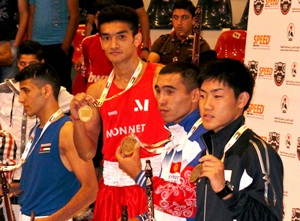 Shiv Thapa displays his gold medal on the victory podium