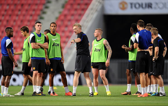 David Moyes speaks to the players during a Manchester United training session