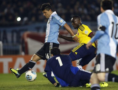 Argentina's Sergio Aguero (L) tries to score as Colombia's David Ospina (1) and Luis Perea (2nd R) look on during their 2014 World Cup qualifying soccer match in Buenos Aires