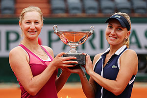 Russia's Ekaterina Makarova (left) and Elena Vesnina hold the Coupe Simone Mathieu after winning their women's doubles final against Italians Sara Errani and Roberta Vinci on Sunday