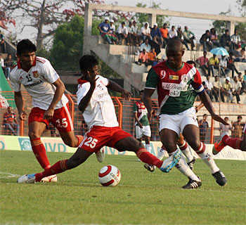 Mohun Bagan's Odafe Okolie is challenged by Pune FC players