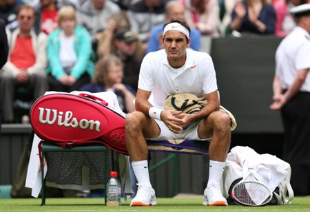 Roger Federer takes a break during his match against Sergiy Sta