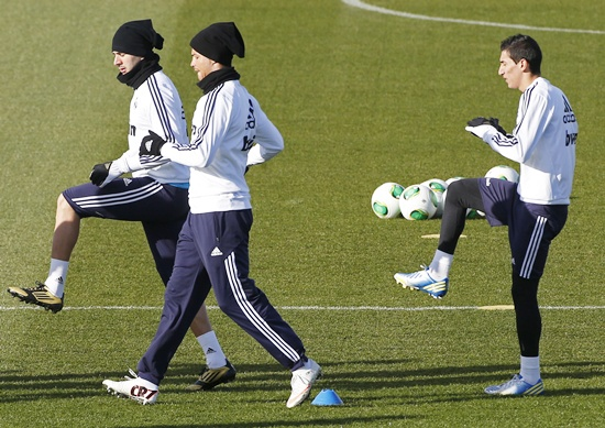 Real Madrid's Angel Di Maria (right), Karim Benzema (left) and Cristiano Ronaldo warm up during a training session