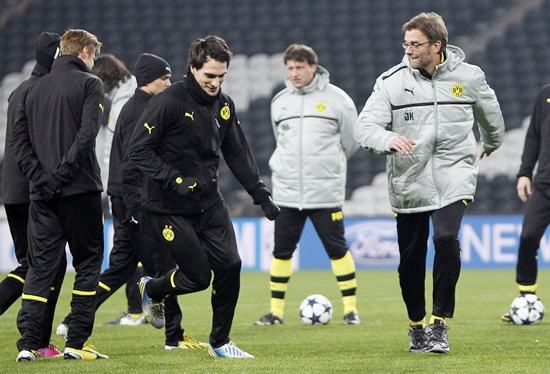 Borussia Dortmund's coach Juergen Klopp (right) watches his players during a training session
