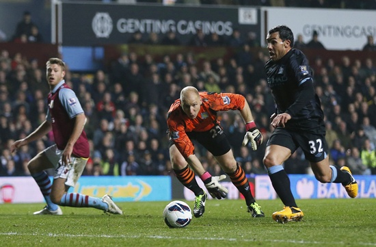 Manchester City's Carlos Tevez (right) goes past Aston Villa goalkeeper Brad Guzan (centre) to score