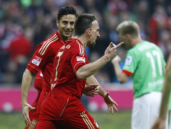 Bayern Munich's Franck Ribery (second left) and Claudio Pizarro (left) celebrate a goal