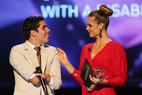 Daniel Dias receives his award from Fernanda Lima