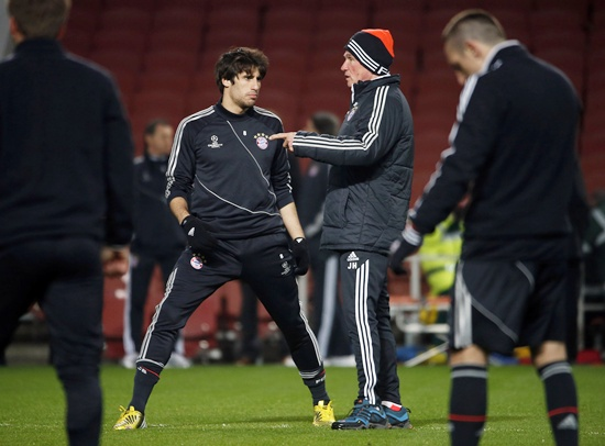 Bayern Munich's head coach Jupp Heynckes (right) talks to Javi Martinez