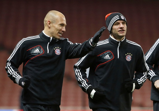 Bayern Munich's Arjen Robben (left) talks to Thomas Muller
