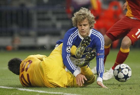 Schalke 04's Teemu Pukki crashes into Galatasaray goalkeeper Fernando Muslera
