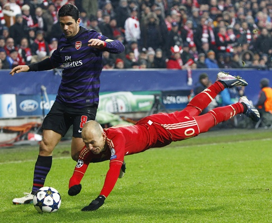 Bayern Munich's Arjen Robben dives next to Arsenal's Mikel Arteta (left)