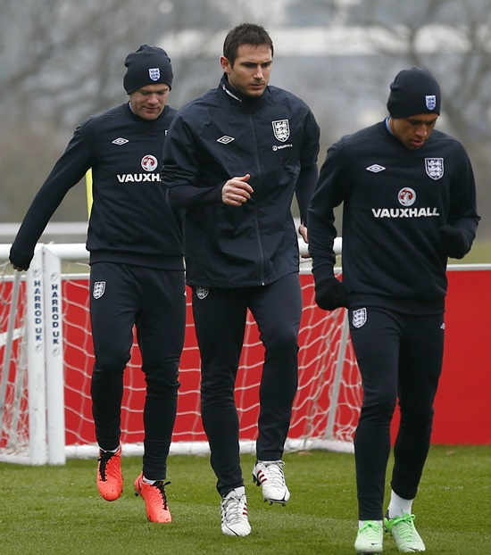 England's Wayne Rooney (left), Frank Lampard (centre) and Alex Oxlade-Chamberlain warm up during a training session