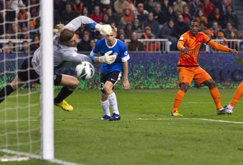 Ruben Schaken of the Netherlands (R) scores past goalkeeper Sergei Pareiko and Taijo Teniste of Estonia