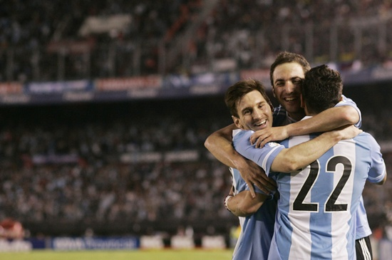 Argentina's Gonzalo Higuain (centre) celebrates with teammates Lionel Messi (left) and Ezequiel Lavezzi