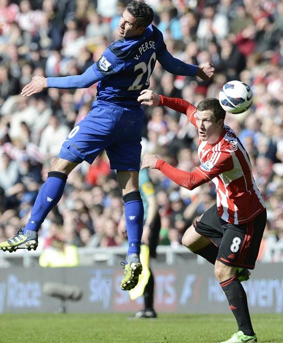 Sunderland's Craig Gardner (right) challenges Manchester United's Robin Van Persie