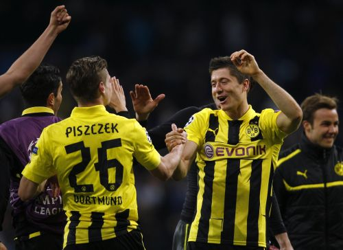 Borussia Dortmund's Robert Lewandowski and Lukasz Piszczek (L) celebrate after the Champions League semi-final second leg soccer match against Real Madrid at Santiago Bernabeu stadium in Madrid