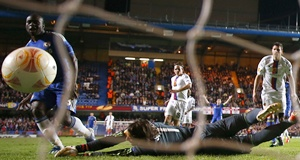 Chelsea's Victor Moses (left) scores